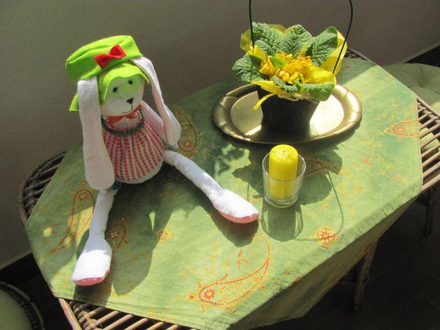 Edizione Speciale della nostra serie di coniglietti! Lasciatemi presentarvi la Coniglietta Pasqualina!  Quest'adorabile coniglietta è una perfetta idea regalo per un bambino, o una decorazione primaverile originale per una casa accogliente.  La coniglietta è fatta a mano con stoffa di flanella, e riempita di morbida lanolina. Indossa un cappellino di pannolenci, un nastrino, un delizioso grembiulino e tiene una carotina nella zampetta.
