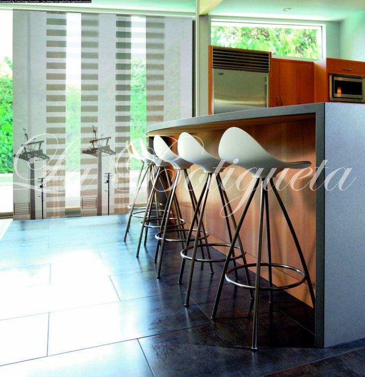 Cortinas verticales translúcidas para que aporten la luz que tu cocina necesita.
