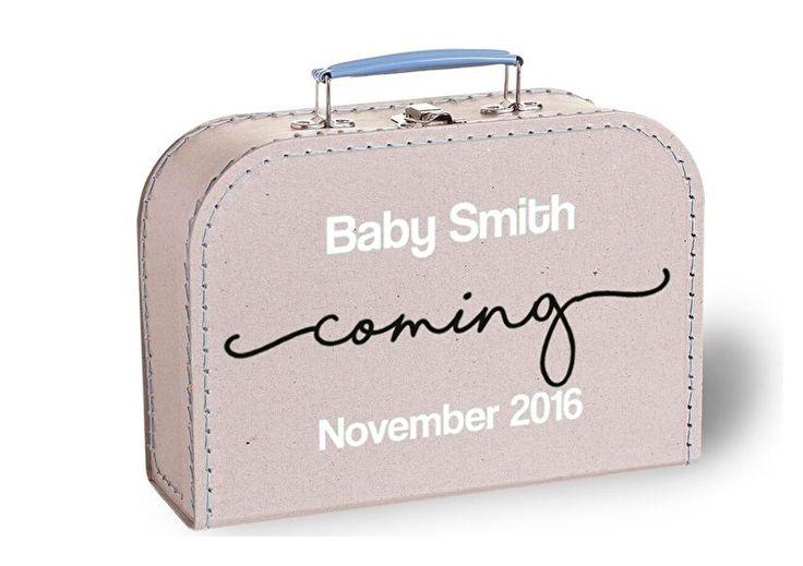 Dit is het perfecte koffertje om de aankondiging te doen van de zwangerschap, heel origineel en super leuk!  De koffertjes die wij gebruiken zijn gemaakt van karton, aan elkaar geregen met garen en de randen, de sluiting en het handvat zijn van metaal. De koffertjes zijn kidsproof en super leuk om na de aankondiging ergens in huis een plekje te geven of om alle baby spulletjes in te doen die u wilt bewaren.