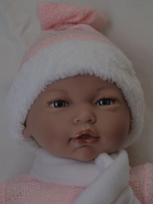 Realistické miminko holčička Alba v  zimním oblečení  se šálkou od firmy Guca
