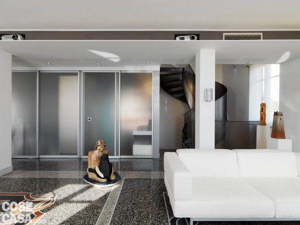 La struttura di sostegno La cucina e il bagno, che occupano due locali adiacenti, sono separati dal soggiorno grazie a porte vetrate scorrevoli. La finitura satinata consente di schermare gli spazi interni lasciando però filtrare la luce. Il sistema di scorrimento è formato da binari o guide, fissati con tasselli a soffitto oppure a parete