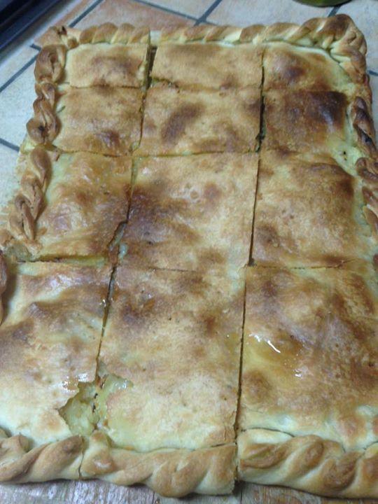 La scacciata catanese. Ingredienti per l'impasto 1 Kg di farina per pizza , 1 panetto di lievito, un bicchiere di olio, sale, un pizzico di zucchero e acqua calda. In una ciotola versate la farina, l'olio , il sale' un pizzico di zucchero e 1 tazza d'acqua calda dove avete fatto sciogliere il lievito, impastate e fate riposare 1 ora l'impasto coperto.
