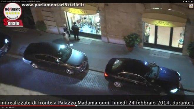 Auto blu in divieto di sosta davanti al Senato durante la fiducia a Renzi [Video]