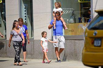 Tennis-Star Roger Federer ist neuerdings in Graubünden angemeldet, Fussballer Manuel Neuer zeigt seine Neue und Daniela Katzenbergers eiserne Diät zeigt Erfolge. Willkommen zu den People-News vom Wochenende - wir fassen zusammen, welche bedeutenden und unbedeutenden Storys aus dem In- und Ausland uns sonst noch aufgefallen sind.