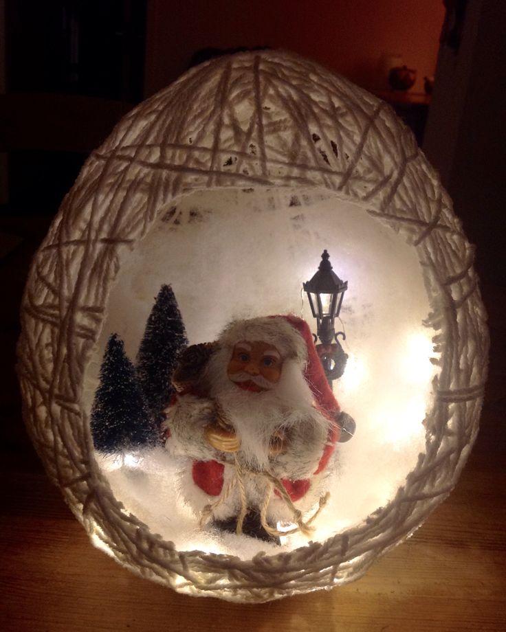 Kerstdecoratie, gemaakt met draadjes acryl en behangplaksel.