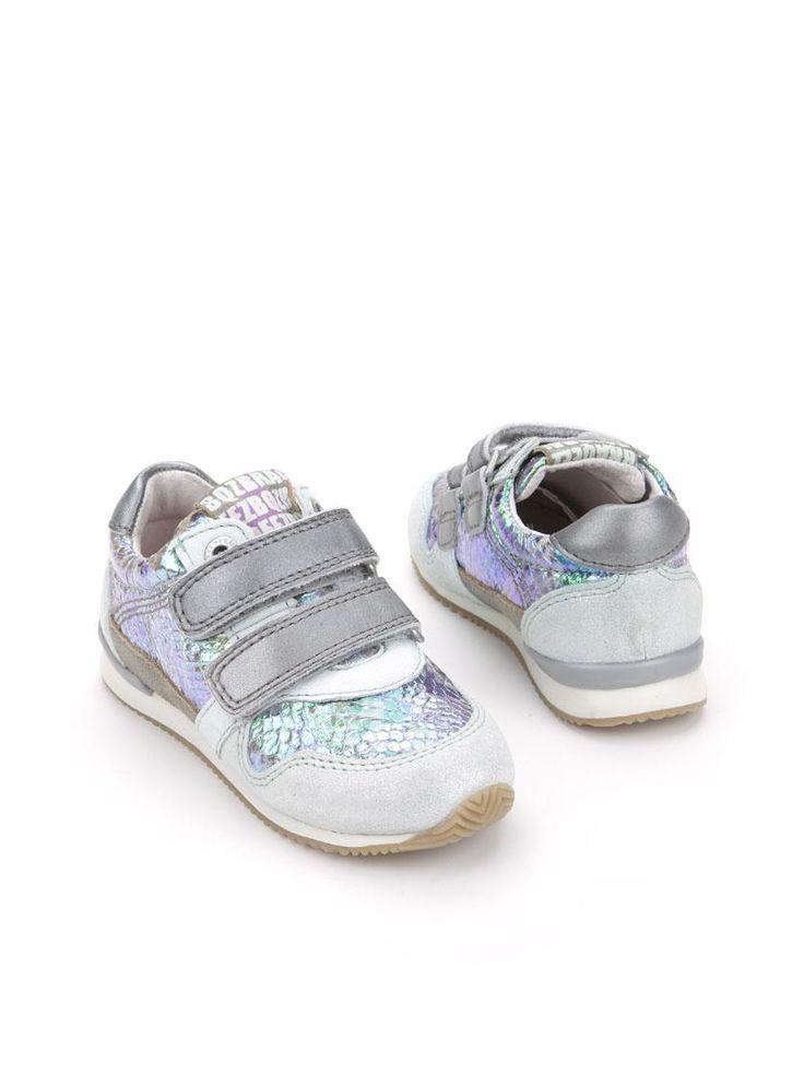 Braqeez sneaker  Description: Blauwe meisjessneakers van Braqeez. Deze meisjesschoenen zijn grotendeels gemaakt van leer en hebben een kunststof zool. De schoenen hebben een klittenband sluiting.  Price: 44.95  Meer informatie