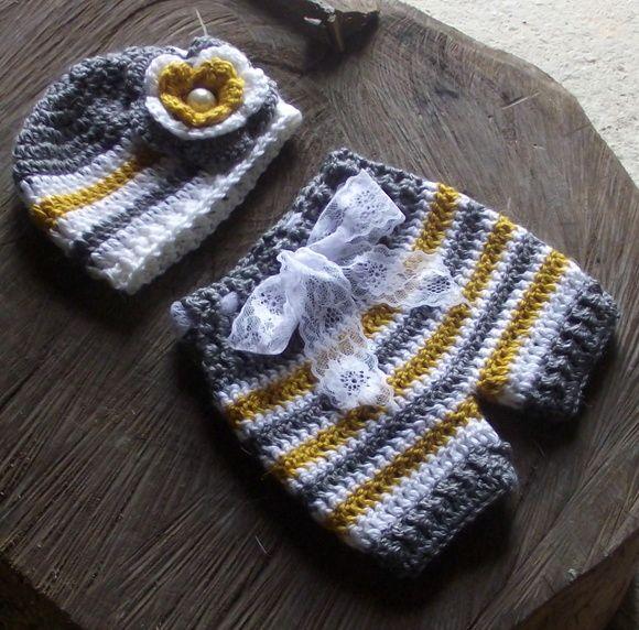 Conjunto confeccionado em crochê.  detalhes, rendas, pérolas e flor de crochê.  cor - amarelo,cinza e branco  tamanhos - RN/ 1 a 3 / 3 a 6 meses R$ 899,00