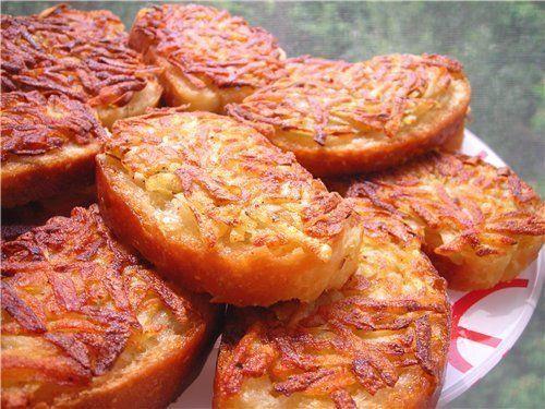 7 рецептов ГОРЯЧИХ БУТЕРБРОДОВ!  1. Горячие бутерброды с картошкой  Ингредиенты: - 3-4 картофелины - соль - перец - хлеб - масло для жарки  Приготовление: 1. Натереть сырой картофель на тёрке и посолить-поперчить по вкусу, нарезать хлеб или батон не толсто, сверху тоже не толстым слоем разложить ровненько картофель. 2. Стороной, на которой картофель, аккуратно выложить на сковороду с разогретым подсолнечным маслом, обжарить до золотистого цвета. 3. Переворачивать и обжаривать хлеб не надо…