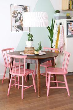 Kleiner Sitzplatz in Rosa mit Mintgrün und rundem Tisch