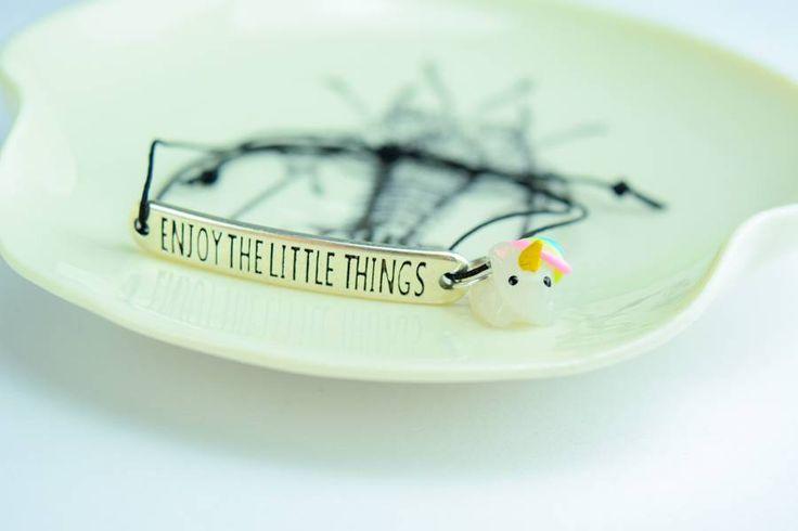 """Ein süßes Armband mit dem Spruch """"Enjoy the little things"""" mit einem Mini-Einhorn"""