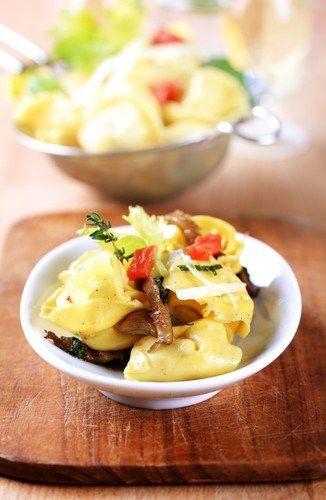 Салат из тортеллини с ветчиной, сладким перцем и сельдереем