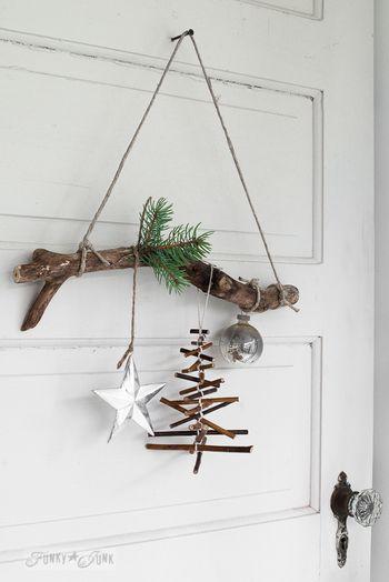 流木にクーゲルと、ゆらゆら揺れる小枝で作ったツリーと星のアイテムを。ドアを開けるのが楽しみになります。