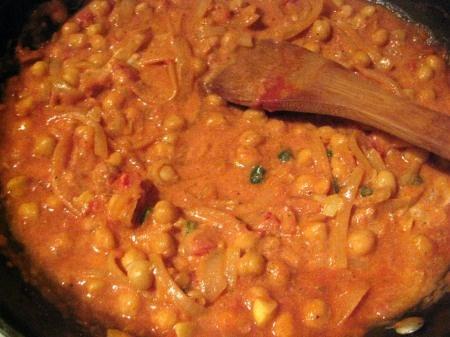 Chickpeas with Tomato Yogurt: Indian Recipe. Made this last night-- it's de-lish!