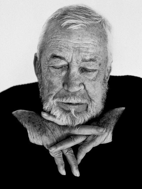 John Huston         «L'âge venu, j'ai compris la sagesse d'un vieux précepte irlandais : «Il faut vivre au bord de la mer.» La mer soulage les vieilles blessures et stimule L'esprit; elle vivifie les passions de l'intelligence et de la chair, tout en amenant l'âme à trouver la sérénité. » John Huston, John Huston par John Huston, USA XXe siècle.