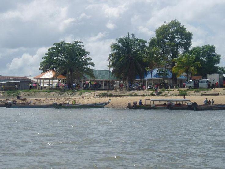 Albina De plaats ligt circa 140 kilometer ten oosten van Paramaribo aan een bocht van de rivier Marowijne, tegenover Saint-Laurent-du-Maroni (Frans-Guyana). De bevolking werd in 2000 geschat op ongeveer 4000 mensen.