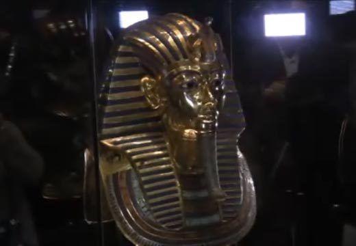 VIDEO // Restaurada máscara de Tutankamón vuelve a exhibirse en el Museo Egipcio  La máscara del faraón Tutankamón volvió a su vitrina en el Museo Egipcio tras ocho semanas de restauración en las que se enmendó una defectuosa reparación que se realizó tras desprendérsele la perilla durante unas obras realizadas en el museo en 2014.
