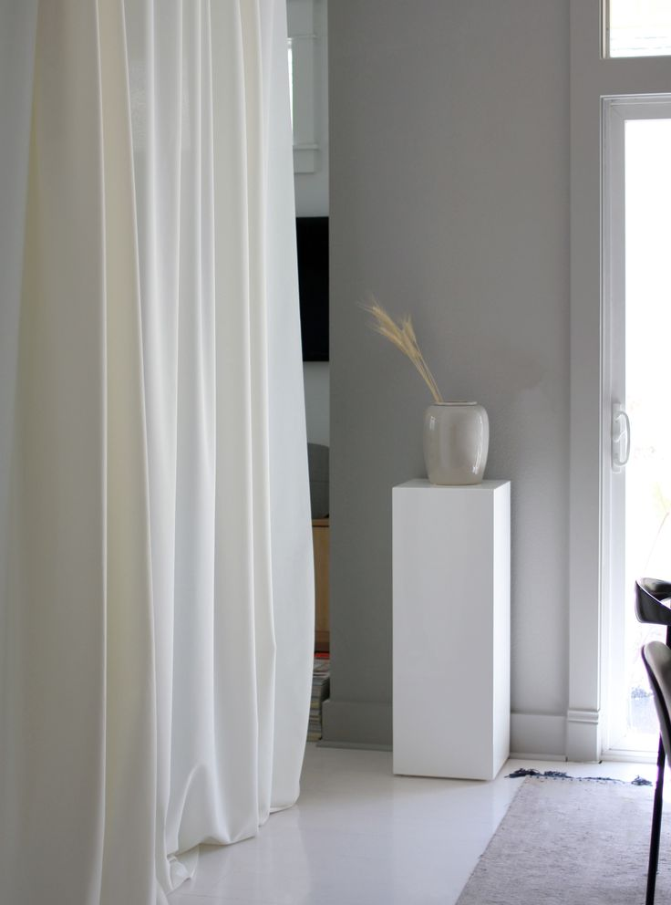 Recently minimalistic stylist Jennifer Hagler tried out our relaunched Ready Made Curtain on her blog. She loved the clever, streamlined and easy to install solution, check it out on her blog http://www.amerrymishapblog.com/2017/06/kvadrats-new-ready-made-curtain-is-here.html
