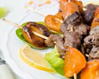 Brochettes de canard légères aux abricots rôtis