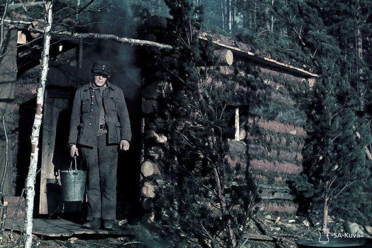 Sunnuntaisauna lämpiää Pienen Karmanlammen rannalla. Kuvattu 12.-13.10.1941. Alakurtti (Salla) - Vilmajoki. Heikki Roivainen / SA-KUVA