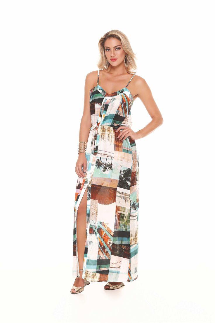 Vestido longo com estampa de paisagem com fenda na lateral.. Bem versátil, combina com salto e até com rasteirinha!