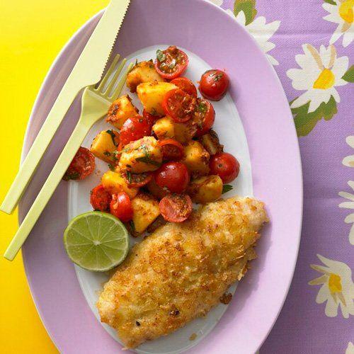 """Fisch in Chips Wir nehmen den Namen """"Fisch in Chips"""" wörtlich und panieren den Seelachs mit Kartoffelchips. Dazu schmeckt ein schneller Salat aus Kartoffeln, Kirschtomaten und rotem Pesto. <a href=""""/kochen/rezeptsuche/rezept/index.html?id=3195"""">Zum Rezept: Fisch in Chips mit Tomaten-Kartoffelsalat</a>"""