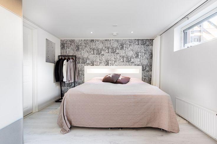 Bedroom design, wallpaper, Pergo Silver Oak Laminate, Bedesign Lume Coatrack Small,