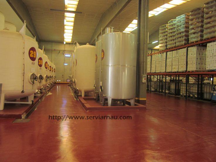 Pavimento continuo antideslizante de resinas epoxi, realizado en bodega