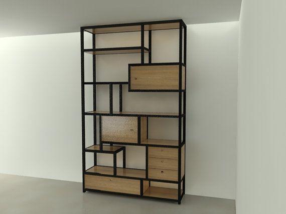 De kast is opgebouwd uit stalen L-profielen die het frame van de kast vormt. In het stalen frame liggen steigerhouten planken met eventueel een uitstraling van een andere houtsoort. Op sommige plekken is een van kastje gemaakt, dat in het frame hangt, met een deurtje of lades. De afmeting van deze kast is 150 x 250 x 40 cm (bxhxd) maar kan desgewenst in andere afmetingen gemaakt worden.  Voor meer informatie: info@joyceflendrie.nl
