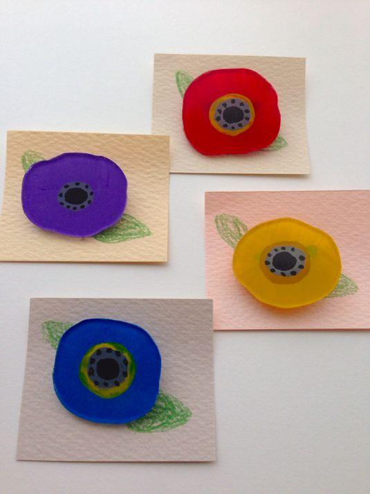 イロトリドリ。お花のバッチです。赤。水色。黄色。紫。シンプルですが、存在感があります。プラバンにアクリル絵の具で描きました。裏側は、ジェルメディウムを塗って色止めをしてあります。1/30追記ただいまご用意できるバッチは5枚目画像です。ご注文頂く際は色と番号をお知らせください。宜しくお願い致します。【在庫について】cはsold outしました。fはsold outしました。gはsold out...