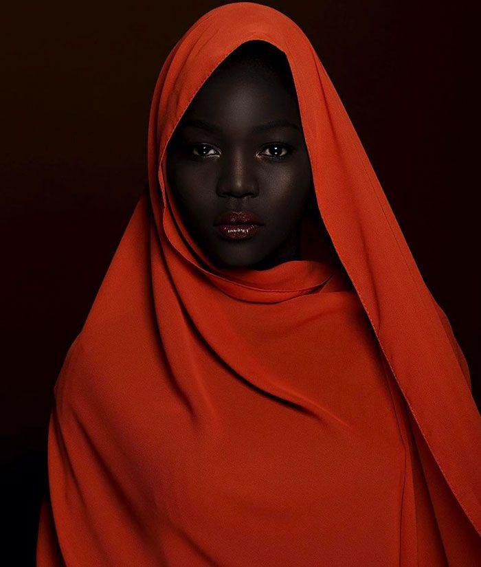 Esta es Nyakim Gatwech, una modelo de Sudán del Sur. Con su oscurísima piel e intrépida determinación, rompe las barreras de la belleza convencional
