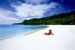 Playa Champagne_Champagne Beach, Vanuatu  Hace unos años, esta isla en el sur del Pacífico fue enlistado como el país más feliz del mundo. ¿Será por sus impresionantes playas paradisiacas? Su nombre se lo debe al efecto de agua burbujeante cuando está en marea baja. Es una playa muy callada y relajada.