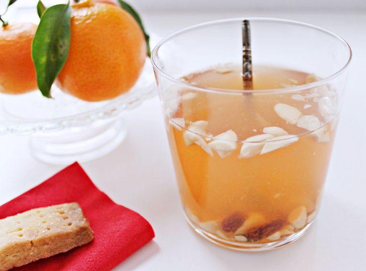 Opskrift på lækker alternativ hvid gløgg med hvidvin, hyldeblomst, kirsebær, citron og rom. Den varmer helt ud i tåspidserne og smager skønt som juledrink.