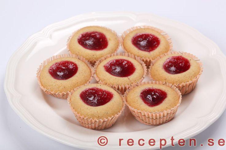Hallongrottor - Recept på hallongrottor. Mycket goda små kakor som är enkla att göra. Recept med steg-för-steg-bilder.