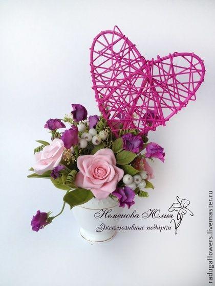 Цветочная композиция Душистый горошек. Нежный и легкий букет из декоративных роз бледно розового цвета и яркого душистого горошка в  вазочке -чашке  станет интересным и памятным подарком для Ваших близких. Особую изюминку придают сахарные ягодки.