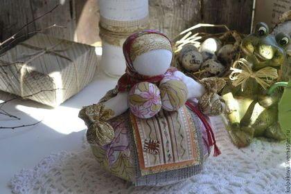 Купить или заказать кукла-оберег Кубышка-травница'Счастье весной'. в интернет-магазине на Ярмарке Мастеров. Старая-добрая утешница. В юбке и мешочках у куколки травы:мята,ромашка,полынь,зверобой,чабрец, пустырник. Возможно изготовление индивидуальной куколки с индивидуальными травами.