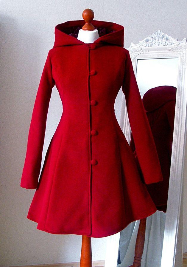 *Taillierter Mantel aus weichem roten Wollstoff mit vielen schönen Details* Besondere Details: - eine große Kapuze - Teilungsnähte für eine perfekte Passform - ein wunderbar weit...