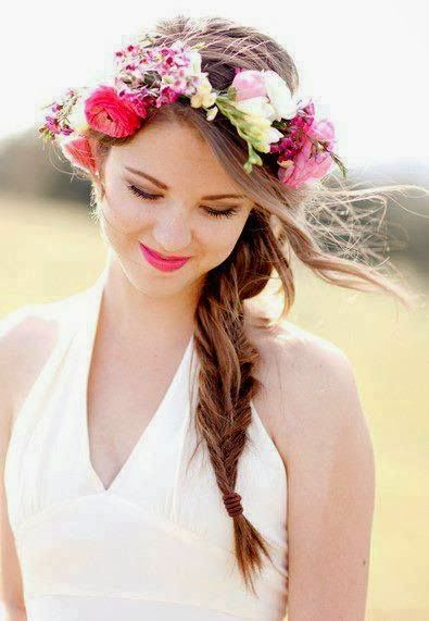 Pour un effet hippie chic assuré, on vous conseille la grosse couronne de fleurs colorées. Rose vif, petits rappels blancs et tiges vertes apparentes, de quoi donner de la couleur à votre coiffure ! Le petit plus bohème ? La longue natte épis travaillée sur un coté.