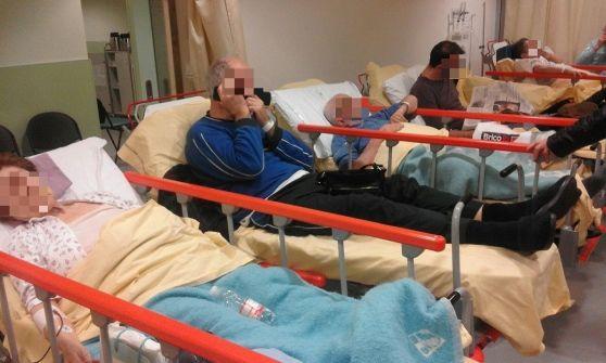 """La foto choc: """"pazienti come sardine sulle barelle"""". è il caos in pronto soccorso - http://www.sostenitori.info/la-foto-choc-pazienti-sardine-sulle-barelle-caos-pronto-soccorso/274700"""