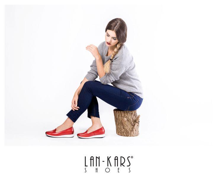 Czerwone lordsy na grubej, białej podeszwie.  #shoes #leather #red #style #fashion #girl #woman #photoshooting #woman #jeans #grey #casual #lankars