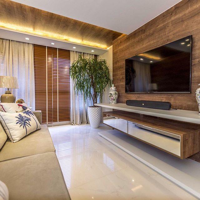 Um apartamento de praia que é um verdadeiro sonho. O conforto e o bom gosto estão presentes em todos os detalhes. O projeto luminotécnico com fitas de led realçou mais ainda o detalhe de madeira do teto. 📐 Projeto Monica Louise ✨ Adornos Millennium Objetos