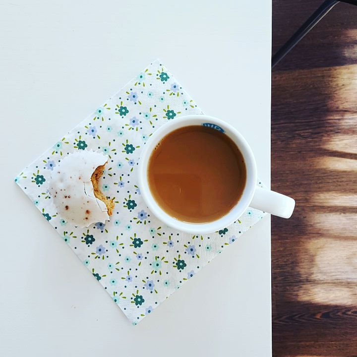Het is een mooie lentedag... Geniet ervan mensen.  #butfirstcoffee #maareerstkoffie #coffeeshots #goedemorgen #goodmorning #teamcaffeine #caffeinefix #caffeinatedlife #carrotcake #carrotcakecupcakes #coffee #coffeegram #coffeeshots #myespressocoffee #insta_coffee #Mocambo #lente #spring #mooiedag