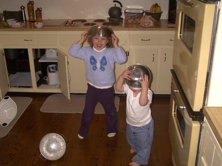 Nella foto con me e' mio fratello Ethan. Avevo cinque anni e Ethan aveva due anni. Ci siamo piaciuto metterci i piatti sulle nostre teste sul questo giorno. Nella foto, porto una maglitta viola e i pantaloni blu. Ho i capelli ricci e ho gli occhi verde. Ero nella mia casa vecchia. Eravamo nella cucina della mia casa vecchio. Il tempo faceva freddo. Ci sentivamo energichi.