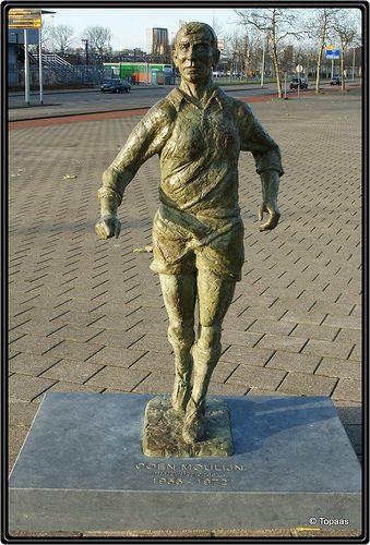 Coen Moulijn bij het Feyenoordstadion, R'dam - - bewri
