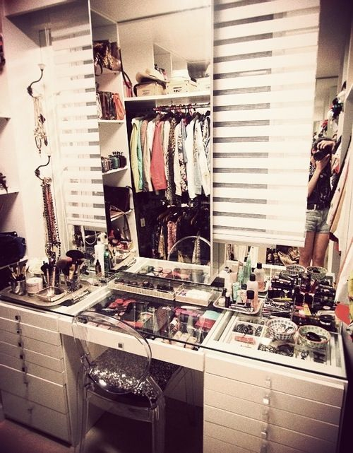 Makeup vanity dressing table vanity room ideas for Beauty parlour dressing table images