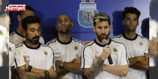 Arjantinden basına toplu boykot : Arjantin Dünya Kupası Güney Amerika elemelerinde Kolombiyayı 3-0 yenerek rahat bir nefes aldı. Maçın ardından Arjantinli oyuncular Lavezzinin uyuşturucu kullandığıiddiaları üzerine medyaya boykot uygulama kararı aldı.  http://www.haberdex.com/spor/Arjantin-den-basina-toplu-boykot/84221?kaynak=feeds #Spor   #aldı #Arjantin #boykot #Maçın #Arjantinli