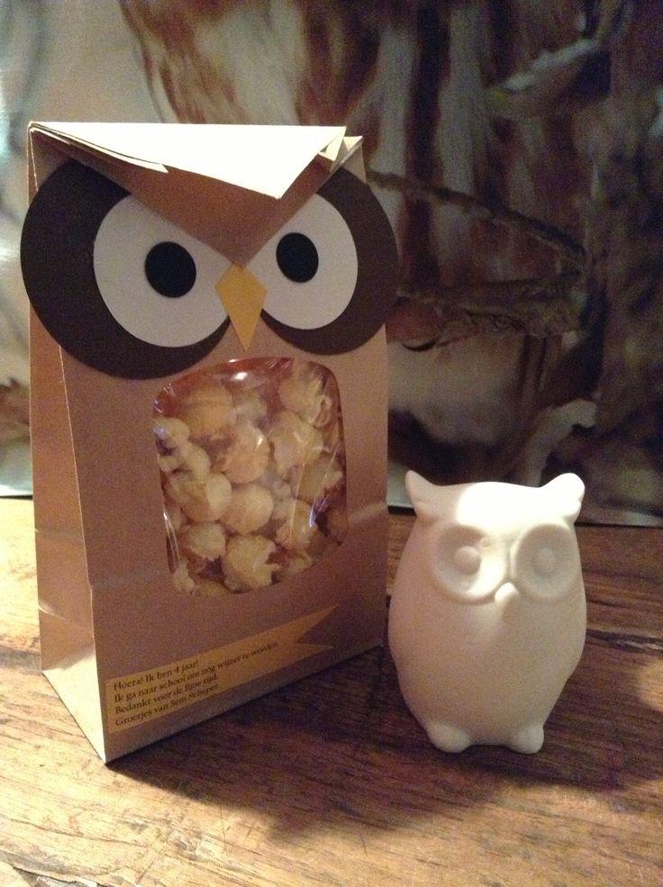 """Afscheid kinderdagverblijf traktatie. Uiltjes! Papieren zakjes met venster gevuld met popcorn. """"Ik ga naar school om nóg wijzer te worden!"""" Voor de leidsters witte stenen uilenlampjes."""