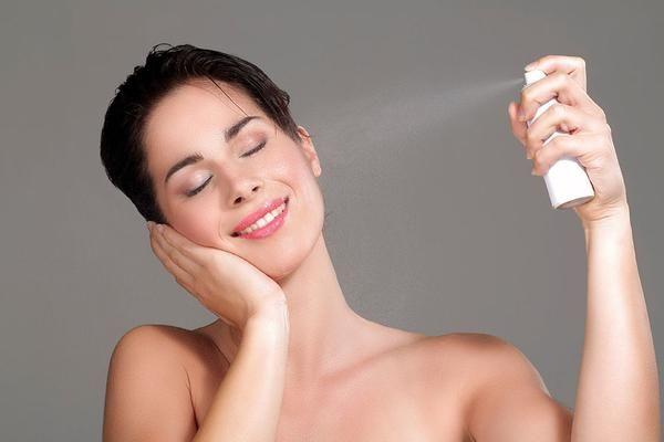Para oler bien sin necesidad de un perfume El olor del cuerpo se desarrolla a medida que el organismo libera toxinas acumuladas a través del sudor y sebo. Debi