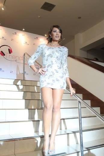 Jennifer Lopez tiende a usar vestidos ajustados al cuerpo para destacar su excelente figura, este es de WalkIn Closet con zapatos de cristales y accesorios de Nine West El Salvador, peinado de Empire Salon Spa & Café y maquillaje gracias al staff de Ricky Mina — at MARTE, Museo de Arte de El Salvador.