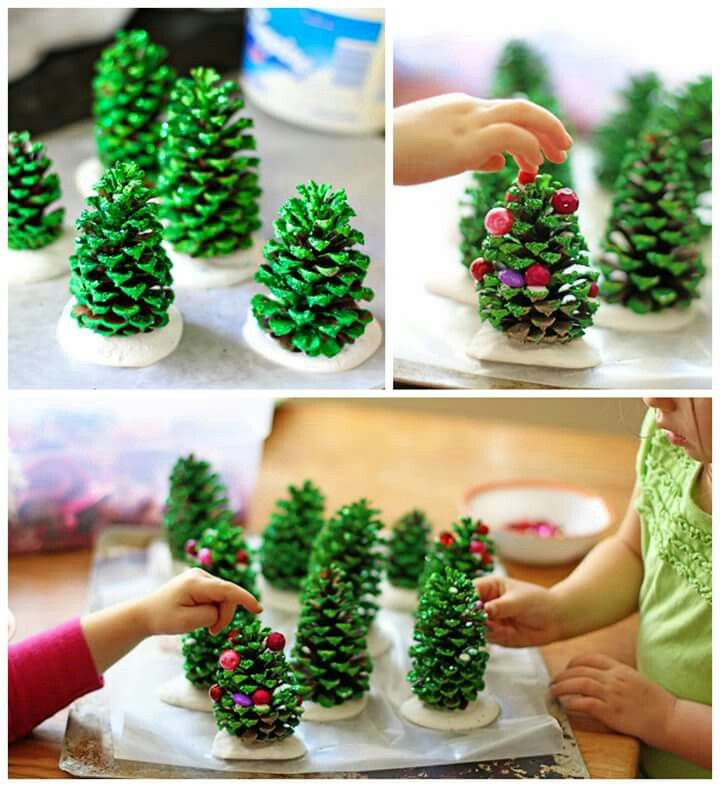 Kerstboom knutselen, versier je eigen boompje en zetten 'm op een voetstuk van klei