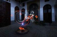 Художник Жюльен Бретон (Julien Breton), известный также как Kaalam, создаёт зрелищные световые граффити. Каллиграфические узоры, напоминающие арабскую вязь или причудливые орнаменты, существуют лишь на фотографиях – собранные воедино точными движениями автора разрозненные световые элементы – дуги, росчерки, диакритические знаки.  http://pictorama.ru/photo/488-julien-breton-light-painting